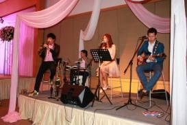 Kathi Fourth Band (วงดนตรีขนาด 4 คน) งานแต่งงาน 14/11/56@โรงแรมอิมพีเรียลควีนปาร์ค ถ.สุขุมวิท 22 คลิปการแสดงภายในงาน http://youtu.be/v8oshfQ4Q44 รายละเอียดรูปแบบของวง : Kathi Fourth Band รับแสดงงานในโอกาสพิเศษต่างๆ สนใจติดต่อ 080-807-7194 Line ID : pumzper