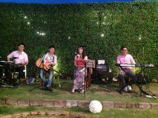 Kathi Fourth Band (วงดนตรีขนาด 4 คน) งานแต่งงาน 01/12/56 @SubDio แจ้งวัฒนะ 19 คลิปการแสดงภายในงาน http://youtu.be/9NU82rMf7DQ รายละเอียด : รูปแบบวง วง Kathi Fourth Band รับแสดงงานในโอกาสพิเศษต่างๆ สนใจติดต่อ 080-807-7194 Line ID : pumzper