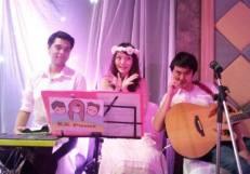 KKPumz By KATHI Noddles Band (วงดนตรีขนาด 3 คน)29/03/57 งานแต่งงานโรงแรมเทาทอง ม.บูรพา @ชลบุรี คลิปการแสดงภายในงาน http://youtu.be/ERX5xQ3vOwg รายละเอียด : รูปแบบวง Kathi Tri Oสนใจติดต่องานเเสดงโทร.080-807-7194 Line ID : pumzper
