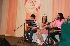 Kathi Tri O Band (วงดนตรีขนาด 3 คน) งานแต่งงาน 10/05/57@โรงแรม SC Park ทาวน์อินทาวน์ คลิปการแสดงภายในงาน http://www.youtube.com/watch?v=eYdDEectEgo รายละเอียด :รูปแบบวง วง Kathi Tri O รับแสดงงานในโอกาสพิเศษต่างๆ สนใจติดต่อ 080-807-7194 Line ID : pumzper