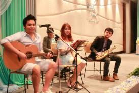 Kathi Fourth Band (วงดนตรีขนาด 4 คน) งานแต่งงาน 07/12/56 สนามกอล์ฟอัลไพน์ รังสิต คลอง 5 คลิปการแสดงภายในงาน http://youtu.be/sVDZEDtEBzoรายละเอียด : รูปแบบวง Kathi Fourth Bandรับแสดงงานในโอกาสพิเศษต่างๆ สนใจติดต่อ 080-807-7194 Line ID : pumzper